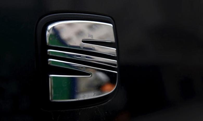 A woman is reflected on the logo of Spanish automaker SEAT in Barcelona, Spain, September 29, 2015.  REUTERS/Sergio Perez