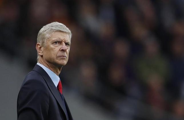 9月30日、サッカーのイングランド・プレミアリーグ、アーセナルのアーセン・ベンゲル監督は、将来的にイングランド代表を率いる可能性はあるとしながらも、今は同クラブでの仕事に集中していると述べた。ハルで17日撮影(2016年 ロイター)
