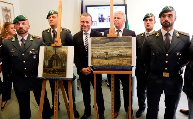 9月30日、2002年にオランダ・アムステルダムのゴッホ美術館で盗まれた画家ゴッホの2作品が、イタリア南部ナポリ郊外のマフィアの住宅で発見された(2016年 ロイター/Ciro De Luca)