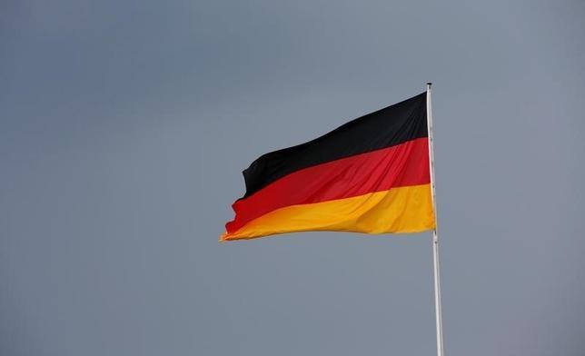 10月2日、ドイツのショイブレ財務相(74)は、自由主義と寛容さに基き「ドイツのムスリム(イスラム教徒)」が増えるよう望むと述べた。写真はドイツの国旗。ベルリンで5月撮影(2016年 ロイター/Fabrizio Bensch)