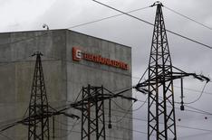 La compagnie d'électricité tchèque CEZ renonce à soumettre une offre de reprise des centrales d'EDF en Pologne. /Photo prise le 9 février 2016/REUTERS/David W Cerny