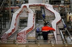 Un hombre trabaja en una fábrica de Mahou en Alovera, Guadalajara, el 27 de noviembre de 2015. La actividad manufacturera en la zona euro repuntó el mes pasado luego de que la demanda aumentó tanto dentro como fuera del bloque, según un sondeo difundido el lunes. REUTERS/Andrea Comas