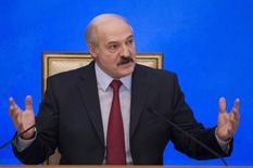 Александр Лукашенко на пресс-конференции в Минске. Белоруссия не откажется от переговоров с МВФ о новой кредитной программе, несмотря на то, что в понедельник белорусский президент Александр Лукашенко назвал некоторые требования фонда унизительными.  REUTERS/Vasily Fedosenko  (BELARUS - Tags: POLITICS BUSINESS)