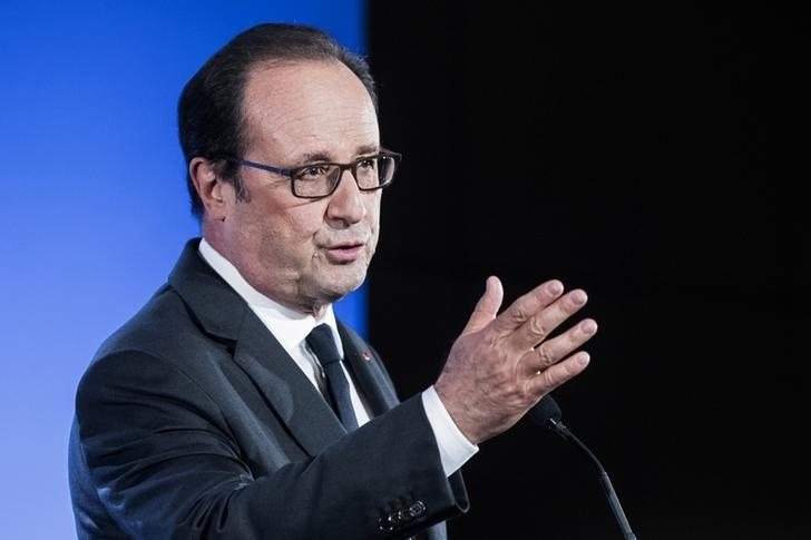 French President Francois Hollande delivers a speech in the auditorium of the Jussieu University during his visit for the start of the 2016-2017 academic year in Paris, France, September 29, 2016.   REUTERS/Etienne Laurent