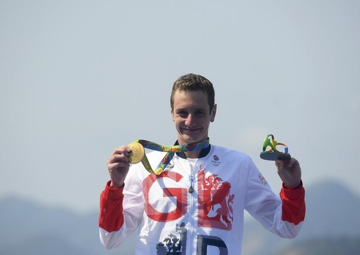 REFILE - CORRECTING STYLE 2016 Rio Olympics - Triathlon - Men's Victory Ceremony - Fort Copacabana - Rio de Janeiro, Brazil - 18/08/2016. Alistair Brownlee (GBR) of Britain poses with his gold medal. REUTERS/Toby Melville