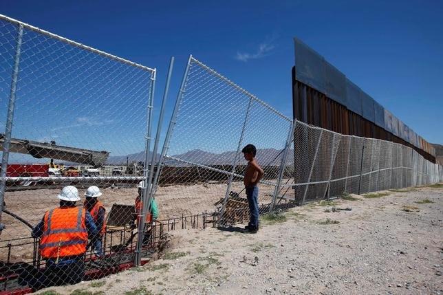 10月3日、米連邦最高裁は、移民制度改革に関してオバマ政権が出していた再審請求を退けた。写真は米・メキシコ国境を隔てる壁。9月撮影(2016年 ロイター/Jose Luis Gonzalez)