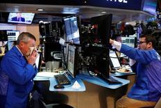 Трейдеры на фондовой бирже в Нью-Йорке. 3 октября 2016 года. Фондовые рынки США растут во вторник на фоне подъема технологических акций и восстановления бумаг Deutsche Bank. REUTERS/Lucas Jackson