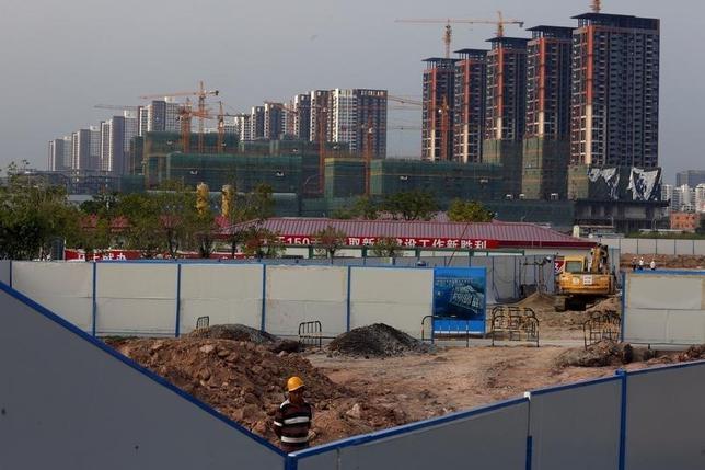 10月4日、新華社が報じたところによると、中国深セン市は住宅価格の高騰を抑制するため、頭金引き上げなどを含む新たな措置を導入した。写真は深セン市の高層住宅建設現場。2015年9月撮影(2016年 ロイター/Bobby Yip)