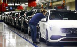 La actividad manufacturera de la zona euro subió el mes pasado ante un incremento de la demanda de fuera y de dentro del bloque de la moneda única, llevando a las fábricas a aumentar las contrataciones, mostró un sondeo el miércoles. En la imagen de archivo, empleados del fabricante de coches de lujo alemán Mercedes Benz dando los retoques finales a un Mercedes clase A en la fábrica de Rastatt, Alemania, el 22 de enero de 2016. REUTERS/Kai Pfaffenbach