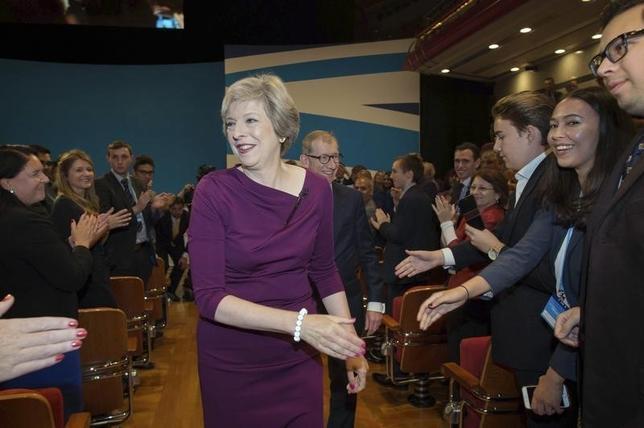 10月5日、メイ英首相は中銀が金融危機後に導入した低金利やQEなどの異例の措置はマイナスの副作用があり、成長促進に向けた新たな方策を模索する時期が来たとの認識を示した(2016年 ロイター/Stefan Rousseau)