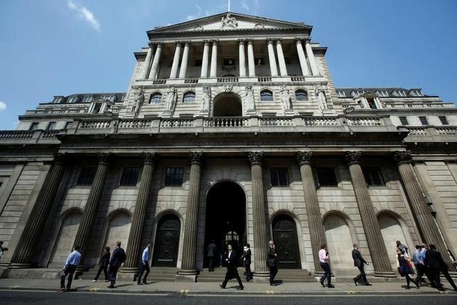 10月5日、英中銀は数週間前に来月の利下げもあり得るとの立場を示しているが、経済がEU離脱決定以降も想定以上に持ちこたえており、追加緩和の是非を判断するにあたり難しい状況に置かれている。中銀外観。2014年撮影(2016年 ロイター/Luke MacGregor)