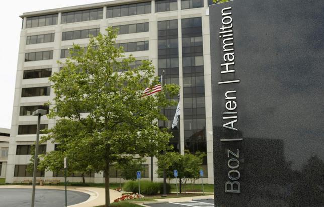 10月5日、米NSAの業務を請け負っているコンサルタント会社ブーズ・アレン・ハミルトンの従業員が機密情報を盗んだ容疑で8月に逮捕されていたことが分かった。写真はバージニア州マクレーンの同社施設。2013年6月撮影(2016年 ロイター/KEVIN LAMARQUE)