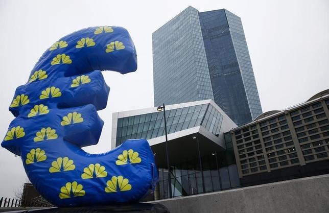 10月5日、米国債市場では3年前、連邦準備理事会(FRB)が量的緩和縮小を示唆したことを受けて「テーパー・タントラム(緩和縮小に対するかんしゃく玉の破裂の意味)」と呼ばれる大混乱が起きた。写真はフランクフルトの欧州中央銀行(ECB)本部。2015年1月撮影(2016年 ロイター/Kai Pfaffenbach)