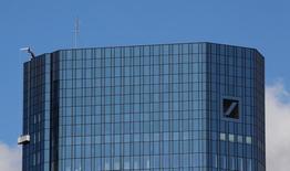 El Gobierno alemán busca mantener conversaciones discretas con las autoridades estadounidenses para ayudar a que el Deutsche Bank logre un acuerdo rápido por acusaciones de irregularidades en la venta de activos respaldados por hipotecas, dijeron fuentes en Berlín. Rn la foto, la sede del Deutsche Bank en Fráncfort el 5 de octubre de 2016.    REUTERS/Kai Pfaffenbach