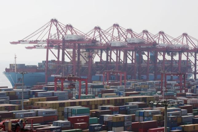 10月6日、中国の王毅外相は、同国が推進するアジア太平洋自由貿易圏(FTAAP)について、来月ペルーで開催するアジア太平洋経済協力会議(APEC)首脳会議で進展があることを期待すると述べた。写真は上海で9月撮影(2016年 ロイター/Aly Song )