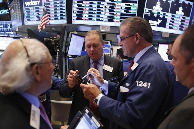 Traders work on the floor of the New York Stock Exchange (NYSE) as the market closes in New York, U.S., October 3, 2016.  REUTERS/Lucas Jackson