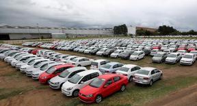 Veículos novos vistos em área da Volkswagen em Taubaté.      19/06/2015          REUTERS/Paulo Whitaker