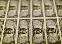 Notas de um dólar dos Estados Unidos são examinadas em Washington, nos Estados Unidos 14/11/2014 REUTERS/Gary Cameron/File Photo