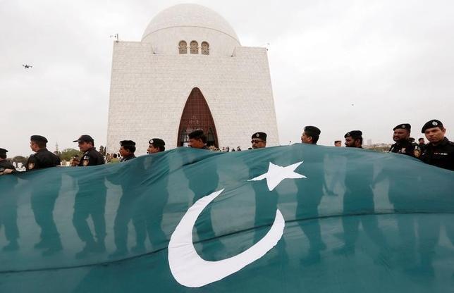10月6日、パキスタンのメディア当局は、インドとパキスタンが領有権を争うカシミール地方で暴力がエスカレートしていることを受け、インドのテレビチャンネルや番組を放送している企業に対する取り締まりに着手した。写真はパキスタンの国旗。カラチで8月撮影(2016年 ロイター/Akhtar Soomro)