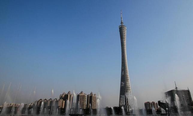 10月7日、中国の広東省と福建省は不動産バブル抑制のため、住宅購入に対する規制強化を発表した。写真は広東省の広東タワーの周囲に立ち並ぶ居住用ビル。2014年6月撮影(2016年 ロイター/Alex Lee)