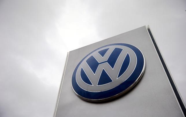 10月7日、独自動車大手フォルクスワーゲン(VW)、ブランドの売却や増資は検討していないとの見方を示した。写真はロンドンで昨年11月撮影(2016年 ロイター/Suzanne Plunkett)