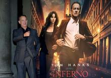 """Ator Tom Hanks ao lado do cartaz de seu novo filme, """"Inferno"""", em Florença. 06/10/2016 REUTERS/Max Rossi"""
