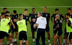 Técnico Tite conversando com jogadores antes de treino em Natal.     05/10/2016    REUTERS/Ricardo Moraes