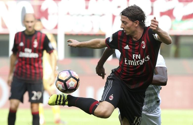 Football Soccer - AC Milan v Udinese - Italian Serie A - San Siro stadium, Milan, Italy - 11/09/16 AC Milan's  Riccardo Montolivo in action against Udinese.  REUTERS/Stefano Rellandini