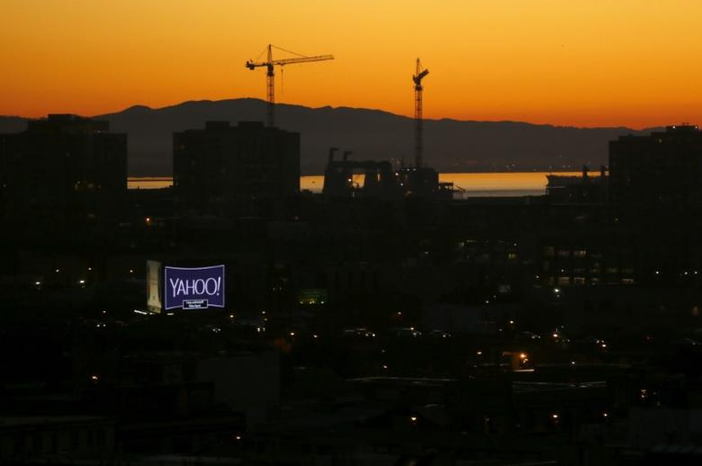 A sign advertising the internet company Yahoo is pictured at sun rise in down town San Francisco, California February 5, 2016.  REUTERS/Mike Blake/File Photo