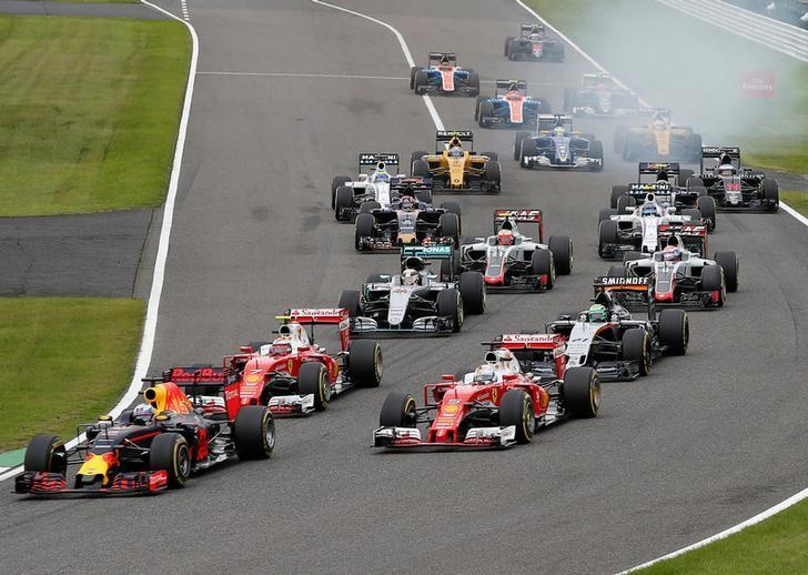 Formula One - Japanese Grand Prix - Suzuka Circuit, Japan- 9/10/16. Red Bull's Daniel Ricciardo of Australia, Ferrari's Sebastian Vettel of Germany, Ferrari's Kimi Raikkonen of Finland, Mercedes' Nico Rosberg of Germany and Mercedes' Lewis Hamilton of Britain fight for the position at the start of the Japanese F1 Grand Prix.  REUTERS/Toru Hanai