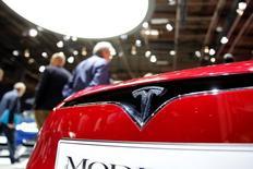 Tesla, à suivre lundi à Wall Street. Elon Musk, le directeur général du groupe, a annoncé le lancement d'un nouveau produit le 17 octobre et ajouté que le groupe n'aurait pas à lever des fonds ou à s'endetter au quatrième trimestre pour financer l'acquisition du spécialiste des panneaux solaires SolarCity. L'action gagne 2,33% en avant-Bourse. /Photo prise le 30 septembre 2016/REUTERS/Benoit Tessier