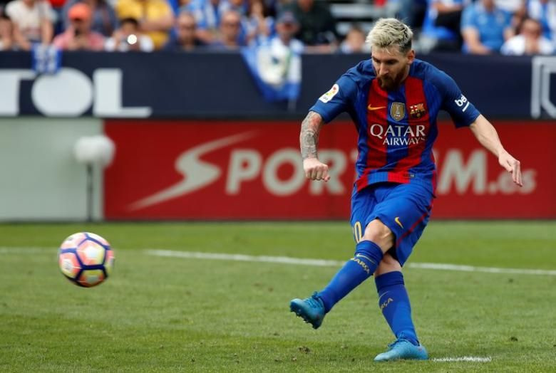Football Soccer - Spanish Liga Santander - Leganes v Barcelona - Butarque stadium, Leganes, Spain 17/09/16 Barcelona's Lionel Messi scores a goal from the penalty spot. REUTERS/Sergio Perez