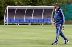 Football Soccer - Argentina training - World Cup 2018 Qualifiers - Buenos Aires, Argentina - 07/10/2016. Argentina's national team coach Edgardo Bauza walks during a training session ahead of their match against Paraguay. REUTERS/Enrique Marcarian