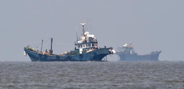 10月11日、朝鮮半島西岸沖の黄海で先週、違法操業中の中国漁船と韓国海洋警察の警備艇が衝突した問題を受け、韓国外務省は、中国大使を呼び出して抗議した。写真は韓国の西側沿岸で操業していた中国籍漁船。6月、韓国参謀本部が撮影し、聯合ニュースが提供(2016年 ロイター)