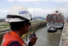 El Canal de Panamá podría acelerar su tráfico de buques con gas natural licuado (GNL) tras un arranque mejor de lo esperado en uno de los nuevos negocios que abrió la reciente inauguración del tercer juego de esclusas, dijo el lunes el jefe de la autoridad que controla la vía interoceánica. En la imagen de archivo, un trabajador habla con un walkie talkie mientras una embarcación cruza el Canal de Panamá . REUTERS/Carlos Jasso/File Photo