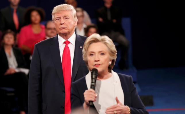 10月10日、9日夜に行われた大統領候補によるテレビ討論会で、共和党のドナルド・トランプ候補が民主党のヒラリー・クリントン候補のすぐ後ろに立っていたり、近くで威圧的な態度を示すなど、身体的に圧力をかける動作がたびたび見られたとして、ソーシャルメディア(SNS)上で反響が広がっている(2016年 ロイター/Rick Wilking)