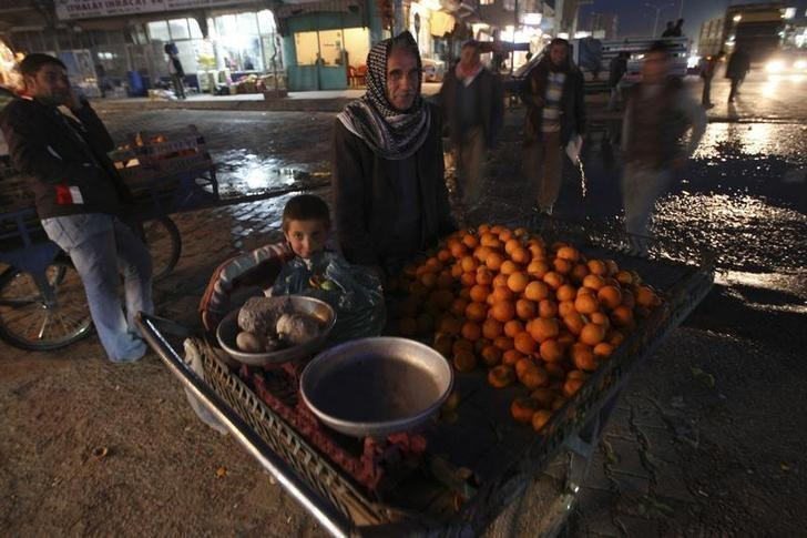 A street vendor sells oranges in the town center of Silopi in southeastern Turkey, near the Iraqi border, February 23, 2008. TREUTERS/Fatih Saribas/Files