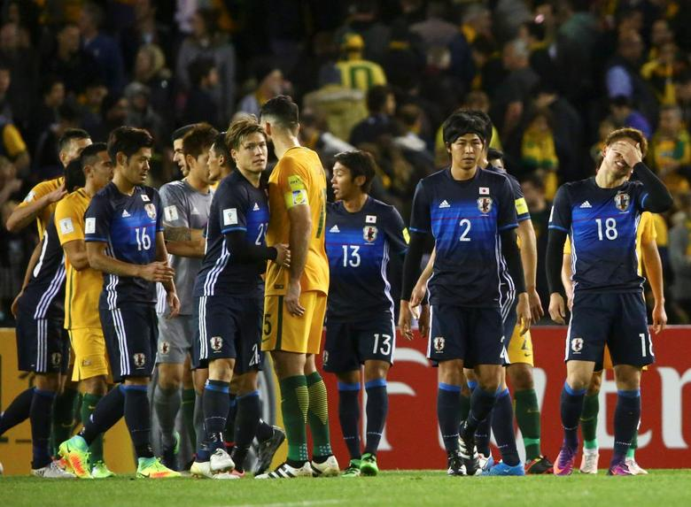 Football Soccer - Australia v Japan - World Cup 2018 Qualifier - Docklands stadium - Melbourne, Australia - 11/10/16. Japan's players react after their match against Australia.   REUTERS/David Gray