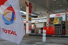 Una gasolinera de Total en París, abr 19, 2016. La compañía francesa de gas y petróleo Total reducirá su producción en países donde opera si los gobiernos se deciden la fijación de una cuota, dijo el presidente ejecutivo, Patrick Pouyanne, el martes en un congreso de energía en Estambul.  REUTERS/Jacky Naegelen