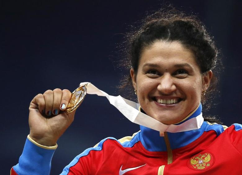 Gold medallist Tatyana Lysenko of Russia poses with her medal at the women's hammer throw victory ceremony during the IAAF World Athletics Championships at the Luzhniki stadium in Moscow August 16, 2013.   REUTERS/Maxim Shemetov