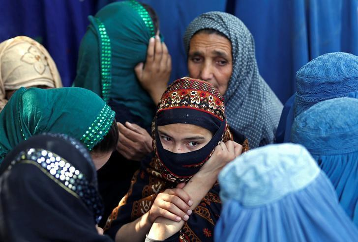 Afghan women wait to receive aid from the Afghanistan Chamber of Commerce and Industries during the month of Ramadan in Kabul, Afghanistan June 23, 2016. REUTERS/Mohammad Ismail/Files