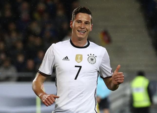 10月11日、サッカーの2018年W杯欧州予選、C組のドイツはユリアン・ドラクスラー(写真)の先制ゴールなどで北アイルランドに2─0で勝利した。(2016年 ロイター/Kai Pfaffenbach)