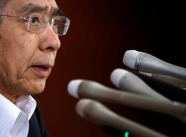10月12日、黒田東彦日銀総裁は午前の衆院予算委員会で、物価2%目標に向けたモメンタムを維持するため、日本経済全体として効果が上回ると判断すればマイナス金利幅の拡大を含めて追加緩和を行う、と語った。写真は都内で7月撮影(2016年 ロイター/Kim Kyung Hoon)