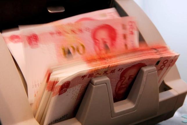 10月11日、格付け会社S&Pグローバル・レーティングは、中国国内の大手200社の信用の質が今年、債務拡大により悪化が見込まれ、その影響で国内銀行は貸し倒れに備えて1兆7000億ドルの資本が必要になるとの見通しを示した。北京の銀行で3月撮影(2016年 ロイター/Kim Kyung-Hoon)
