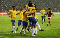 Brasileiros comemoram gol contra a Venezuela. 11/10/16.  REUTERS/Marco Bello
