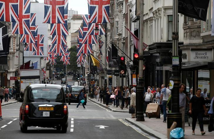 2016年7月9日,英国伦敦,购物者逛新邦德街。REUTERS/Peter Nicholls/File Photo