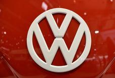 Selon le quotidien financier Handelsblatt, Volkswagen pourrait supprimer jusqu'à 2.500 emplois par an sur une période de 10 ans par le biais de pré-retraites. /Photo prise le 22 septembre 2016/REUTERS/Fabian Bimmer