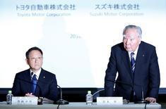 Президент Toyota Motor Corp  Акио Тойода (слева) и глава  Suzuki Motor Осаму Судзуки на совместной пресс-конференции. Японские автопроизводители Toyota Motor Corp и Suzuki Motor Corp сообщили, что планируют рассмотреть возможное партнерство в связи с технологическими трудностями и необходимостью идти в ногу с ростом консолидации в глобальной автомобильной отрасли.  REUTERS/Toru Hanai