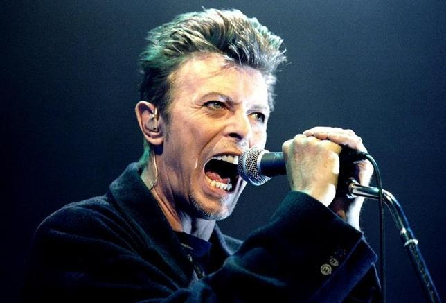 British Pop Star David Bowie screams into the microphone as he performs on stage during his concert in Vienna February 4, 1996. REUTERS/Leonhard Foeger/File Photo