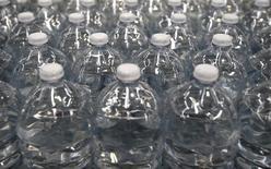 Le groupe français Ogeu est entré en négociations exclusives avec Nestlé Waters France pour la reprise de la source Quézac et de son unité d'embouteillage en Lozère, a annoncé mercredi la filiale française du géant suisse. Nestlé cherche depuis janvier 2015 à vendre sa filiale Nestlé Waters Supply Centre, qui embouteille la marque Quézac. /Photo d'archives/REUTERS/Max Rossi